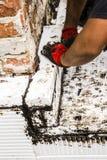 热量地绝缘房子基础的建筑工人 免版税图库摄影