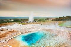 热量湖Blesi和Strokkur Geysir,冰岛 免版税图库摄影