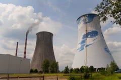 热量电发电站-冷却塔 库存照片