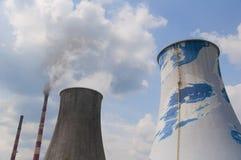 热量电发电站-冷却塔 免版税图库摄影