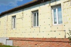 热量议院绝缘材料外部 门面与聚苯乙烯泡沫塑料,与灰泥的多苯乙烯的墙壁绝缘材料议院节能室外的 免版税图库摄影