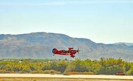 热量飞行表演:Pitts双翼飞机 库存照片