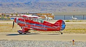 热量Aiir展示:Pitts双翼飞机乘出租车 库存照片
