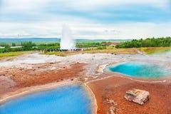 热量Strokkur Geysir,冰岛的湖Blesi和爆发 图库摄影