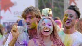 热闹跳舞在Holi颜色节日,幸福感状态的小组朋友  股票录像