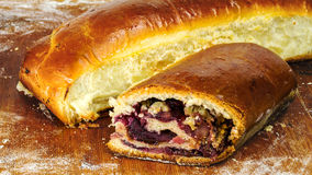 热,新鲜的被烘烤的自创甜饼,果馅奶酪卷用在木板的果酱 免版税库存照片