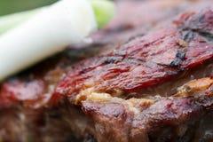 热,水多,开胃,适度地油煎的牛排,烹调在格栅,但是户外 暑假题材是远离ci 库存图片