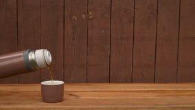 热水瓶用在木背景的茶 股票视频
