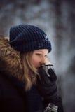 从热水瓶的女孩饮料热的茶 库存照片