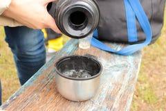 从热水瓶的茶 免版税库存照片
