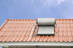 热水系统的太阳电池板在屋顶 图库摄影