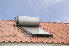 热水系统的太阳电池板在屋顶 免版税库存照片