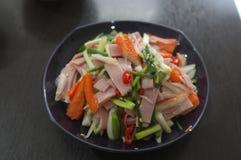 热&辣沙拉用火腿和仿制螃蟹黏附 免版税库存照片