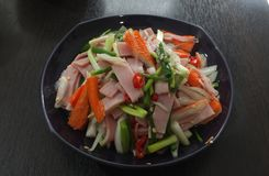 热&辣沙拉用火腿和仿制螃蟹黏附 库存图片