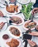 热Thaifood和辣与朋友 免版税库存照片