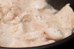 烹调一位运动员的鸡胸脯饮食的过程在向日葵油的一个煎锅的 以后肌肉补救的肉 免版税库存照片