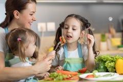 烹调与他们的母亲的孩子 免版税库存照片