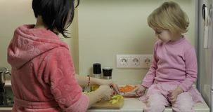 烹调与她的母亲的逗人喜爱的小女孩 一点有一起母亲的女儿 影视素材