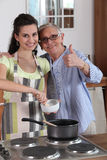 烹调与她的祖母的妇女 免版税库存照片