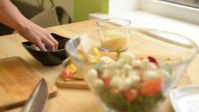 烹调与小面包干、鸡、乳酪、沙拉和蕃茄的女孩凯撒卷 影视素材