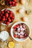 烹调与新鲜的成份的蛋糕准备的在烹调 ru 免版税库存图片