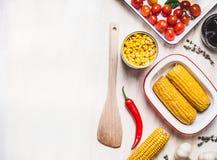 烹调与木匙子的玉米准备在白色土气背景,顶视图,文本的地方 健康,干净的食物 库存照片