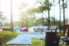 烹调与火炉在露营地 免版税库存图片