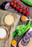 烹调与菜、香料和米的肉菜饭在木书桌背景顶视图 免版税库存照片
