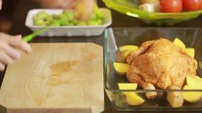烹调与菜的鸡在玻璃 影视素材