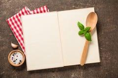 烹调与菜谱的概念在葡萄酒桌上 库存图片