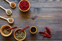 烹调与香料和干草本木厨房书桌背景顶视图大模型的辣食物 免版税库存照片