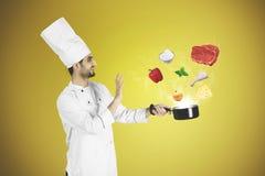 烹调与魔术的意大利厨师一顿膳食 免版税库存照片