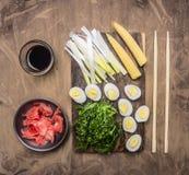 烹调中国食物、煮沸的鹌鹑蛋与海草Chuka和玉米木土气背景顶视图的概念 库存图片
