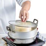 烹调中国食物的厨师 免版税图库摄影