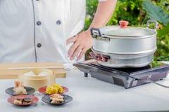 烹调中国食物的厨师 免版税库存图片