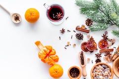 烹调为新年庆祝的热的被仔细考虑的酒或酒用桔子和香料成份在平白色的背景 免版税库存图片