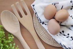 烹调为早餐、蛋白质形式卵黄质和卵蛋白的鸡蛋在白色背景,或者在一张简单的木桌上 免版税库存照片
