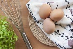 烹调为早餐、蛋白质形式卵黄质和卵蛋白的鸡蛋在白色背景,或者在一张简单的木桌上 免版税图库摄影