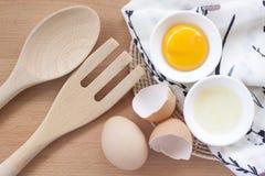 烹调为早餐、蛋白质形式卵黄质和卵蛋白的鸡蛋在白色背景,或者在一张简单的木桌上 库存照片
