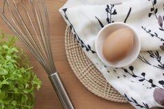 烹调为早餐、蛋白质形式卵黄质和卵蛋白的鸡蛋在白色背景,或者在一张简单的木桌上 免版税库存图片