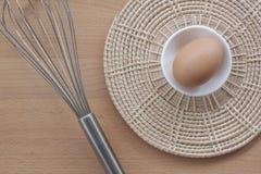 烹调为早餐、蛋白质形式卵黄质和卵蛋白的鸡蛋在白色背景,或者在一张简单的木桌上 图库摄影