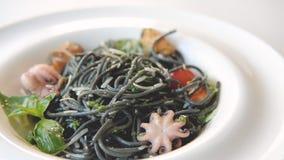烹调乌贼墨水面团海鲜蕃茄的食物 影视素材