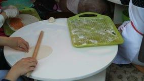 烹调从中东的不明身份的妇女传统面包街道文化节日的 股票视频