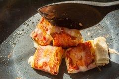 烹调从面包、烟肉和乳酪 免版税库存照片