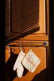 烹调停止的厨房手套 免版税库存图片