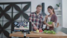 烹调健康膳食、博客作者人和妇女的网上课程教追随者烹调从菜的有用的食物为 股票视频