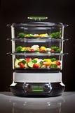 烹调健康蒸汽蔬菜的烹饪器材 免版税库存图片