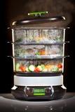 烹调健康蒸汽蔬菜的烹饪器材 免版税库存照片