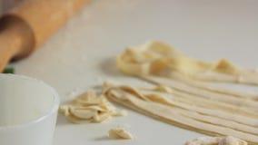 烹调健康食品和做面团的厨师在厨房里 股票视频