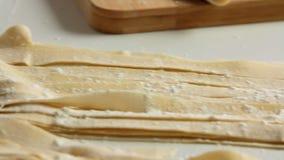烹调健康食品和做面团的厨师在厨房里 股票录像
